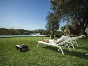 auto-lawn-mower-at-work