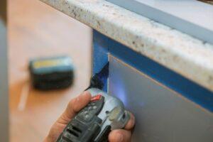 oscillating device cutting through wood