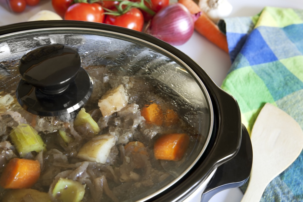 how does a slow cooker work